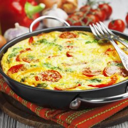 Klasická Frittata s rajčaty, paprikou a mozzarellou