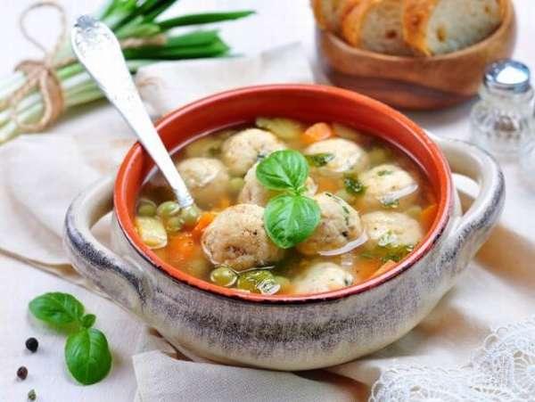 Zeleninová polévka s masovými knedlíčky