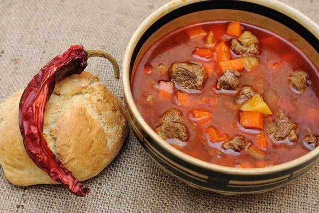 Maďarska gulášová polévka